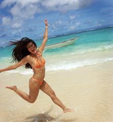 Joven mujer disfrutando en la playa.
