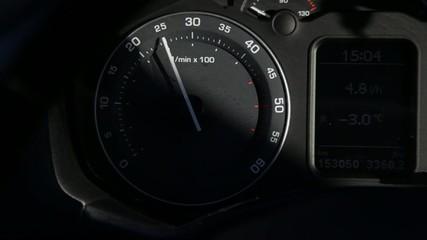 Drehzahlmesser im Armaturenbrett beim Auto