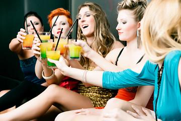Frauen in einem Club oder Disco mit Cocktails