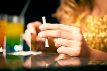 Junge Frau schnupft Kokain