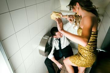 Junges Paar streiten auf einer Party in der Toilette