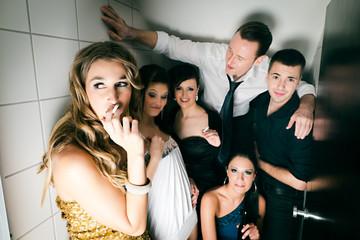 Leute feiern und rauchen auf der Toilette