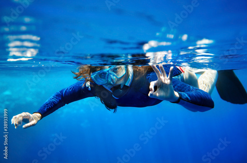 Aluminium Duiken Scuba diver woman in blue water.