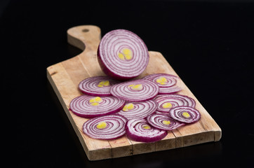 Cipolla rossa tagliata a fette su tagliere 3