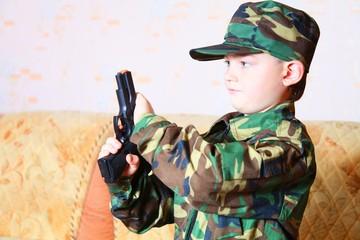 Мальчик с пистолетом