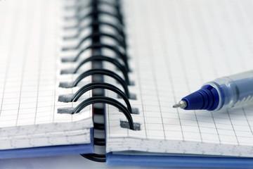 carnet à spirale avec stylo à bille bleu