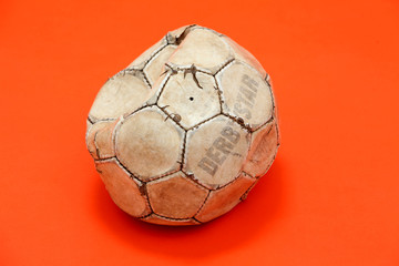 Alter, beschaedigter und verbeulter Fussball