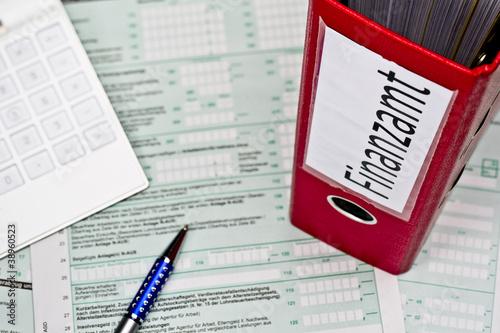 Ordner mit Unterlagen für das Finanzamt