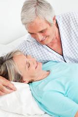 Senioren lachen im Schlafzimmer