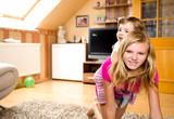 Kinder spielen im Wohnzimmer