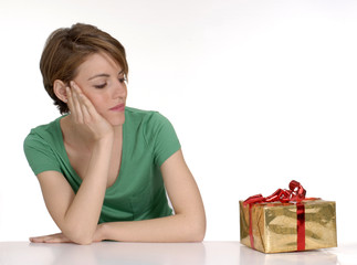 Joven mujer abriendo un regalo.
