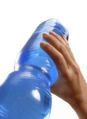 Bebiendo de una botella de agua potable.