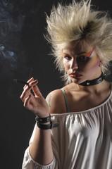 Jugendliche Punkerin mit Zigarette