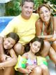 Familia en una piscina.