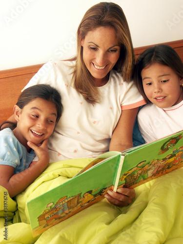 Un Cuento A Sus Hijas En La Cama De Gosdesign Imagen Libre
