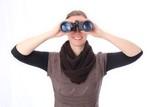 Frau mit Fernglas frontaler Blick