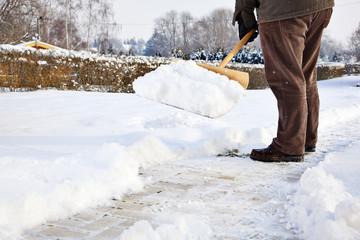Mann mit Schneeschieber
