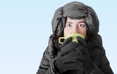 Donna al freddo mentre beve una bevanda calda