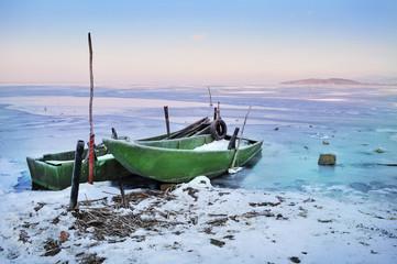 Barche da pesca su lago chiacciato