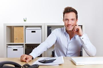 Zufriedener Geschäftsmann im Büro