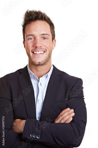 Lachender Mann mit verschränkten Armen