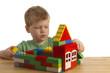 Junge baut ein Haus