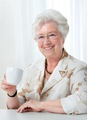 Attraktive Seniorin genießt Kaffee