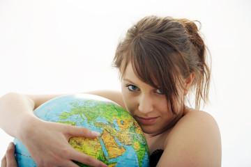 Junges Frau mit Globus