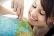 Leinwandbild Motiv Junge Frau mit Globus