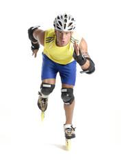 Hombre deportista patinando.