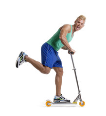 Hombre deportista patinando en un monopatín.