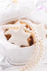 Geschenk mit Perlen und Kekse