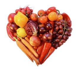 rotes herz, gelegt aus obst und gemüse