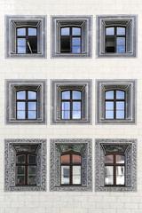 facciata con nove finestre