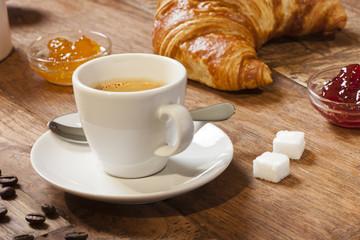 alter Tisch mit Frühstück wie in Frankreich (Serie)