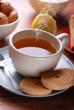 tè fumante con biscotti