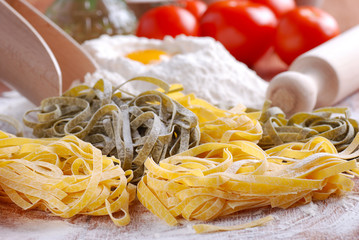 tagliatelle all'uovo con ingredienti - sei