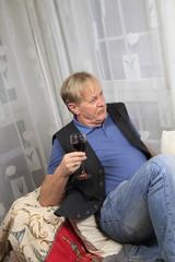 Bestager mit einem Glas Rotwein