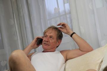 Bestager in Unterwäsche am Telefonieren