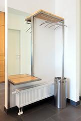 Moderne Garderobe mit Ablage, Spiegel und Schirmständer