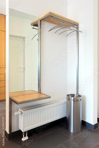 moderne garderobe mit ablage spiegel und schirmst nder von photowahn lizenzfreies foto. Black Bedroom Furniture Sets. Home Design Ideas