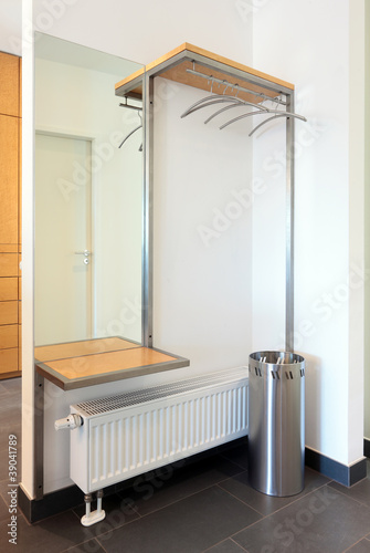 moderne garderobe mit ablage spiegel und schirmst nder stockfotos und lizenzfreie bilder auf. Black Bedroom Furniture Sets. Home Design Ideas