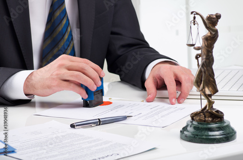 Signing contract - 39048936