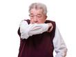 Senior hustet und hält den Arm vor dem Mund 2