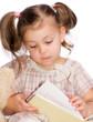Mädchen schaut sich ein Buch an