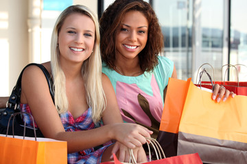 2 friends shopping