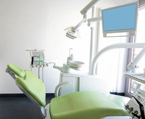 Zahnarztstuhl mit Geräten und Monitor