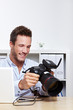 Profifotograf mit Kamera am Laptop