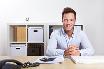 Lächelnder Berater im Büro