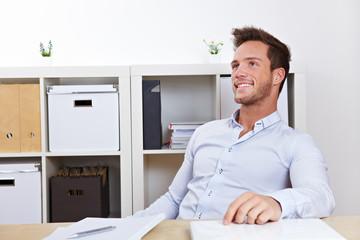 Mann im Büro lehnt sich zurück